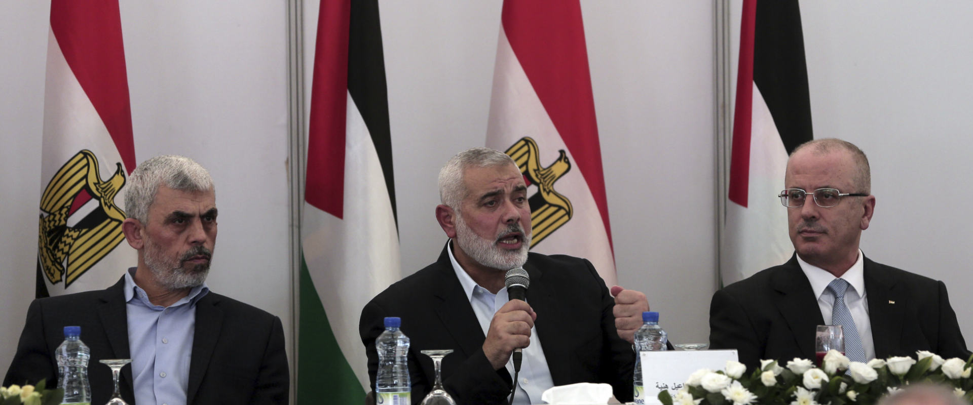 מימין: ראש הממשלה הפלסטיני ראמי חמדאללה, ראש הלשכה