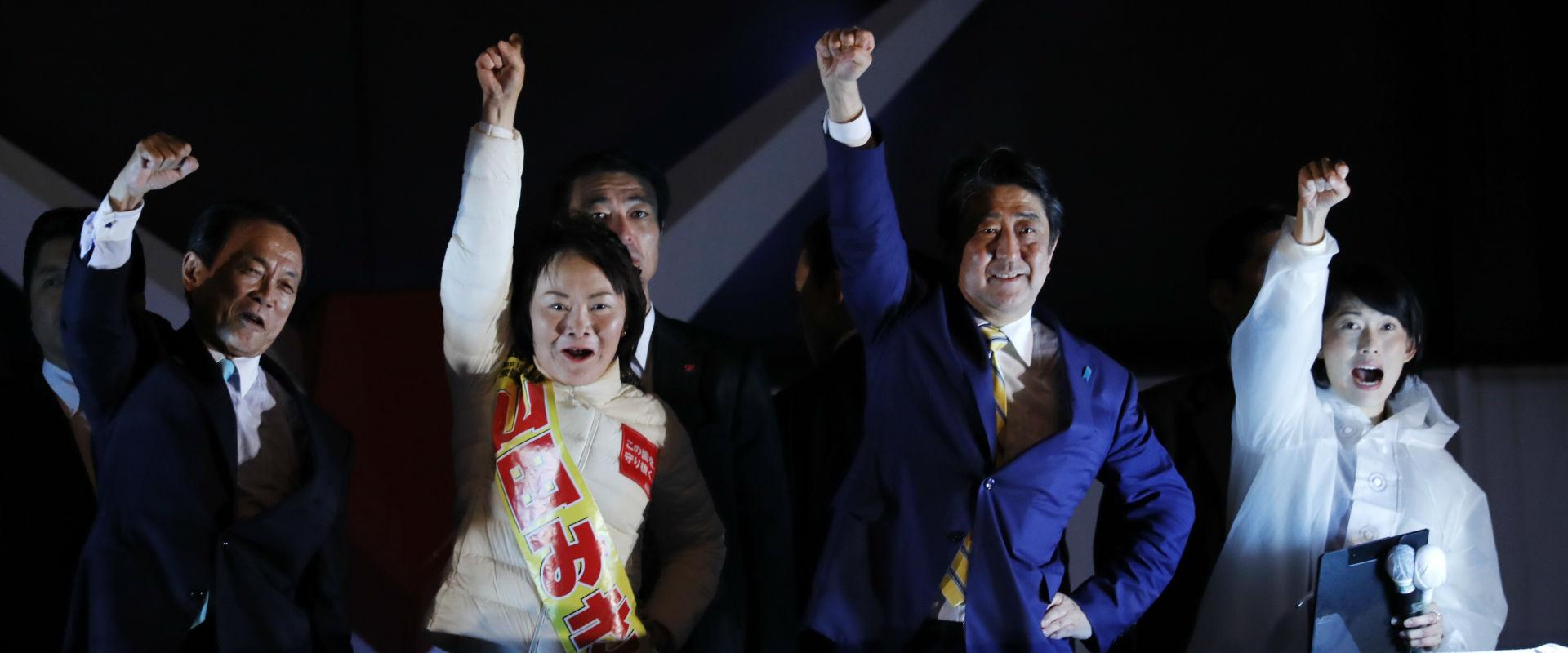 שינזו אבה (שני מימין) בכנס המפלגה הליברלית הדמוקרט
