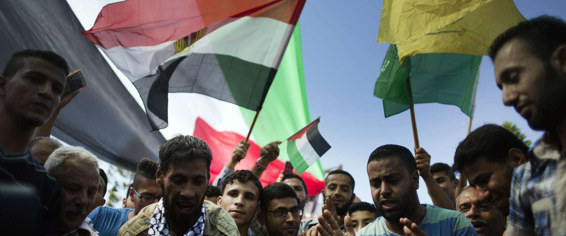 פלסטינים בעזה חוגגים אחרי חתימת הסכם הפיוס, החודש
