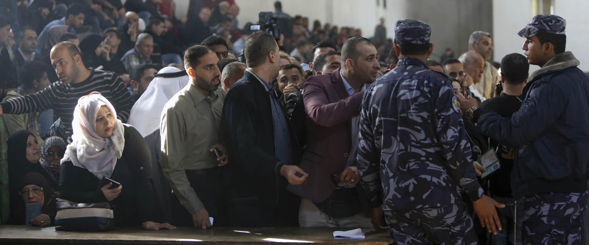 אנשי ביטחון של חמאס מנהלים את התנועה במעבר רפיח, ה