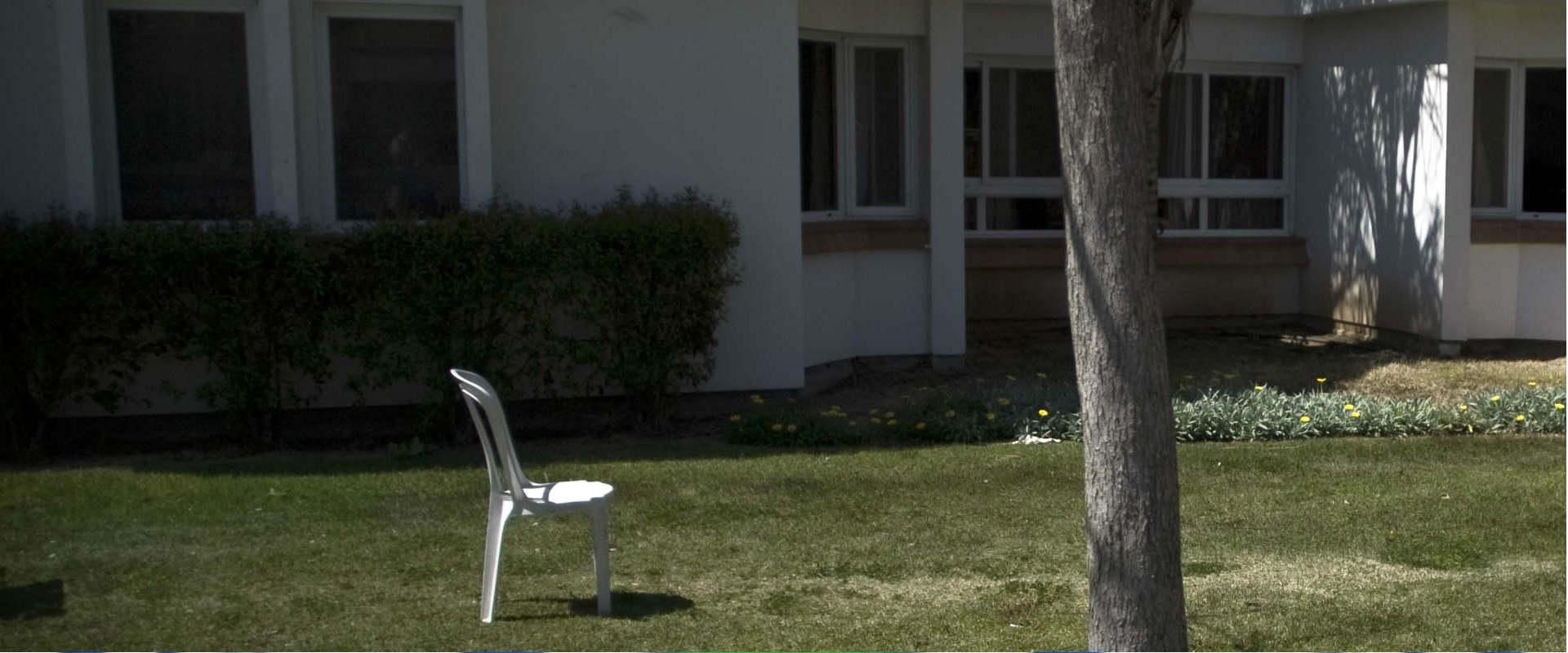 בחצר בית החולים הפסיכיאטרי שער מנשה