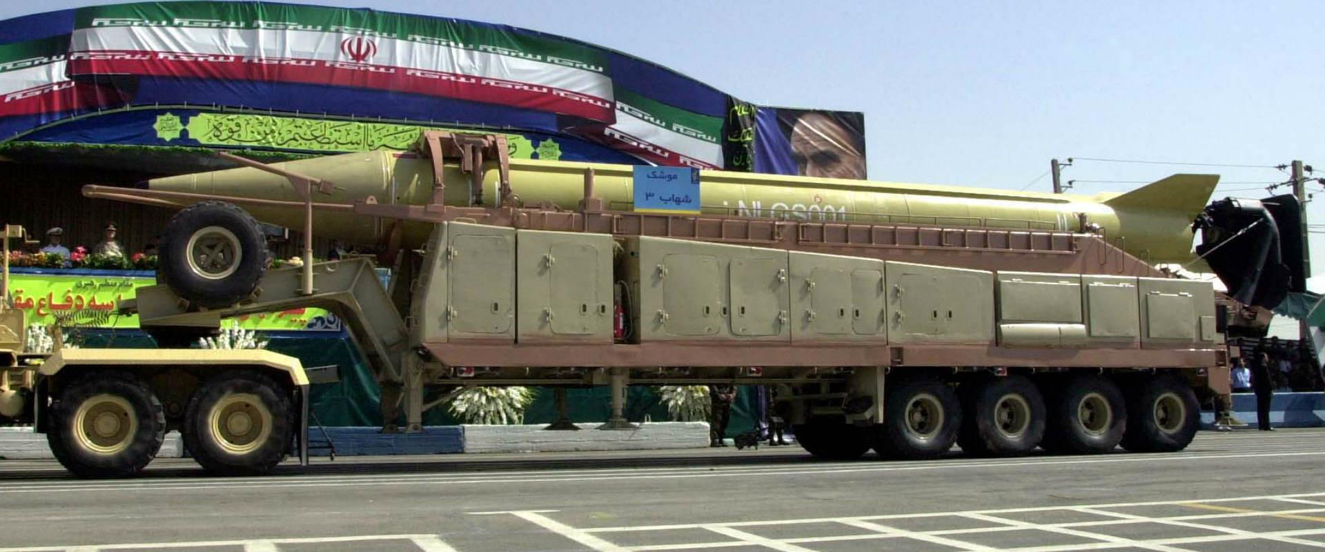 טיל איראני מוצג במצעד צבאי באיראן