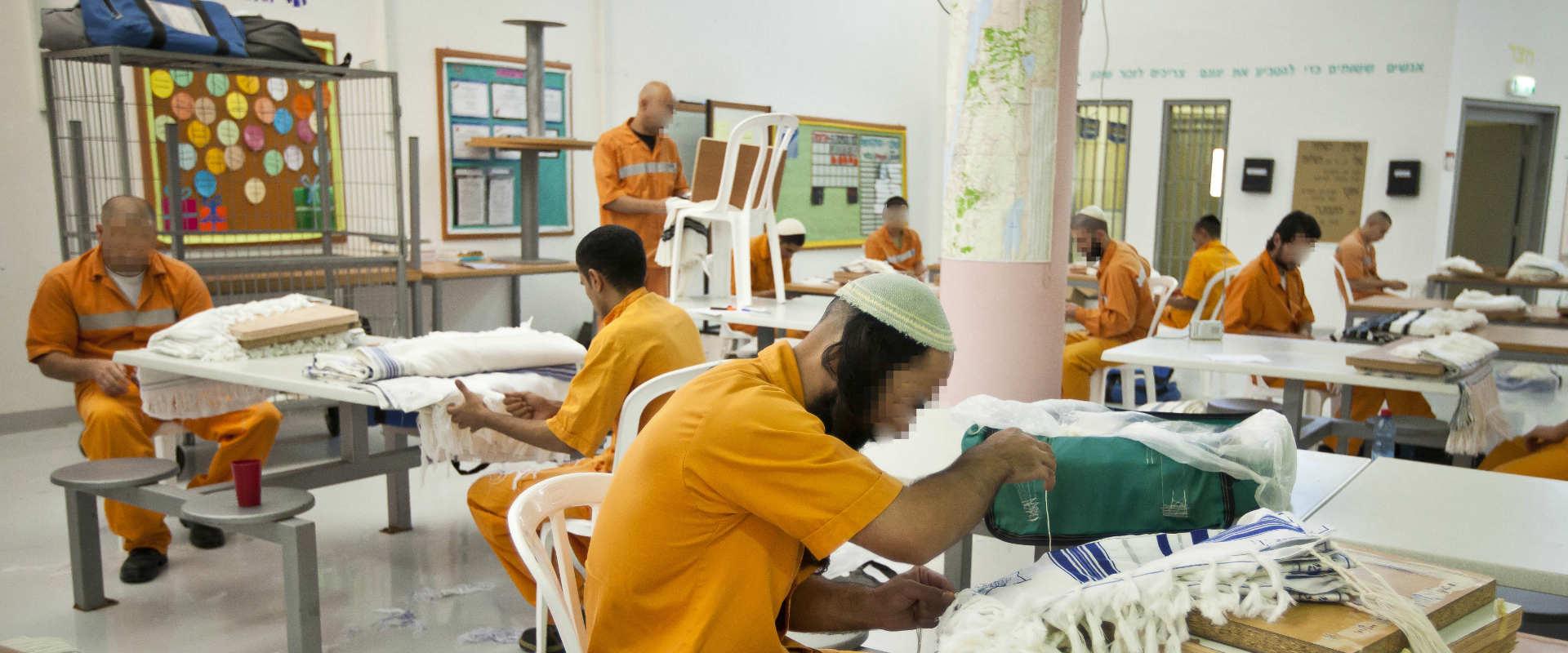 אסירים בכלא אלה