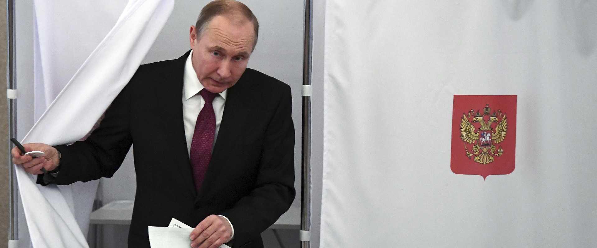 ולדימיר פוטין מצביע