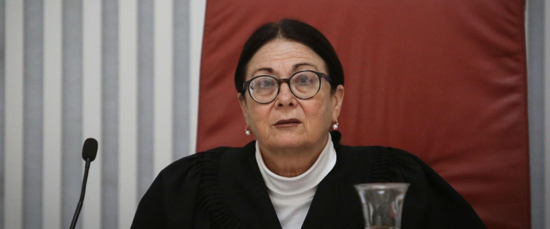 אסתר חיות בבית המשפט