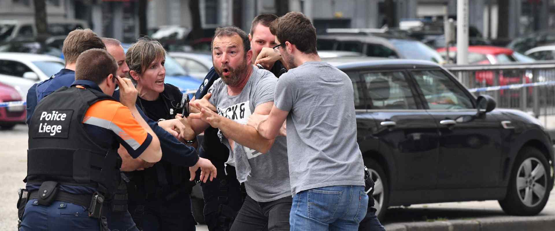 שוטרים מנסים להרגיע עד ראייה בבלגיה