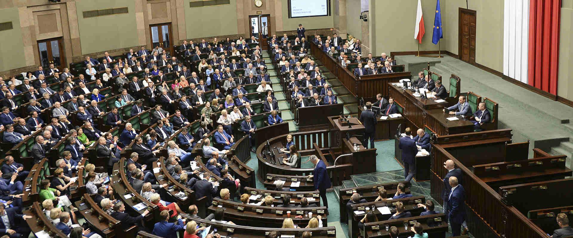 חברי הפרלמנט הפולני מצביעים על חוק השואה, בחודש שע
