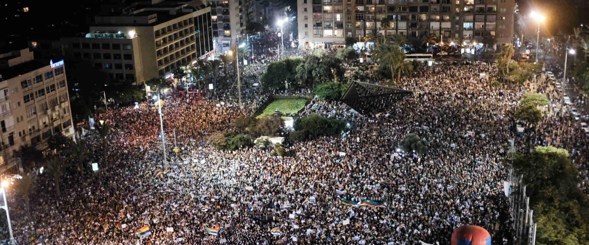 מפגינים בכיכר רבין, הערב