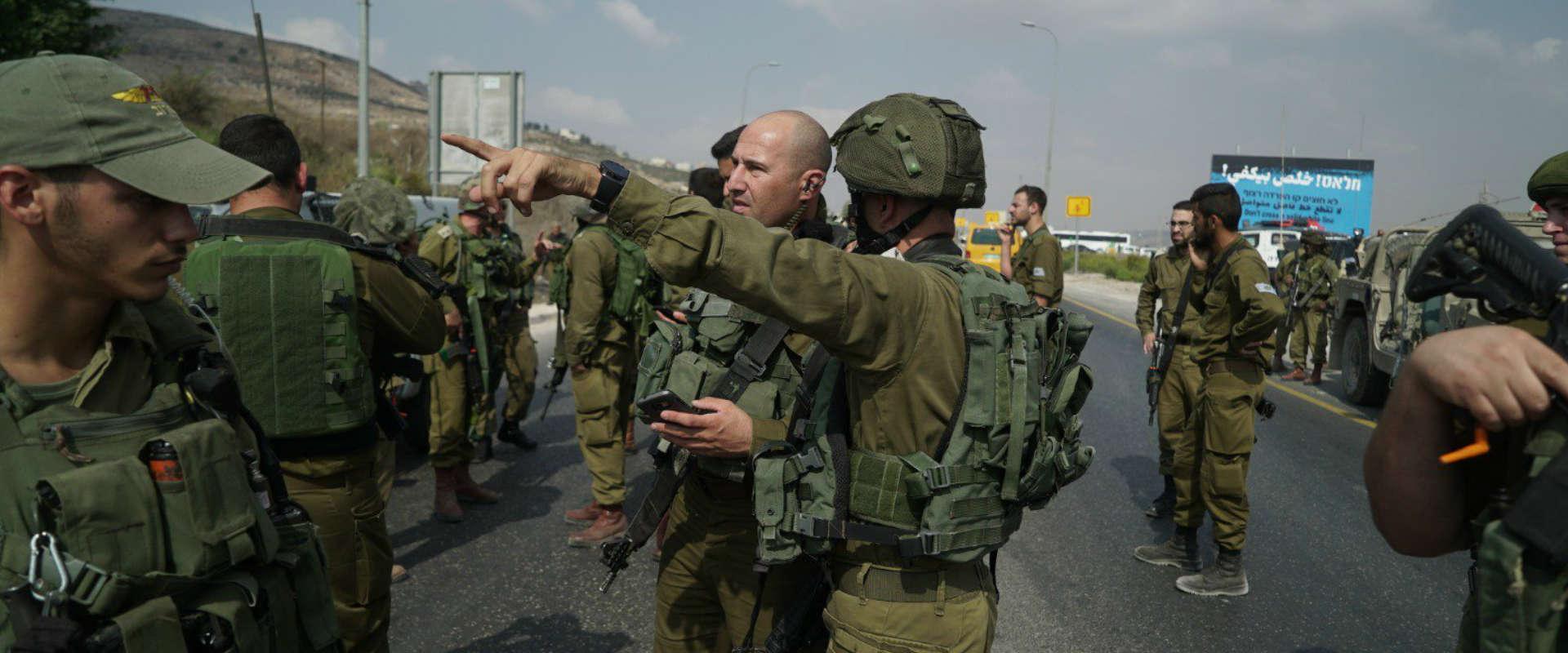 """כוחות צה""""ל בזירת הפיגוע"""