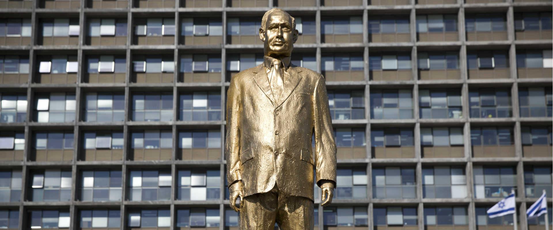 פסל הזהב בדמות נתניהו שהוצב השבוע בכיכר רבין