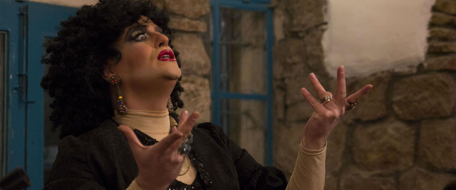 """מלכת הדראג גלינה פור דה ברה מבצעת את השיר """"השואבות"""